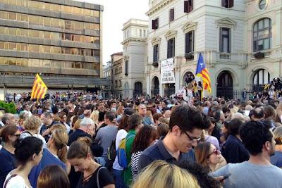 Concentración frente al ayuntamiento de Sabadell el 3 de octubre para denunciar la violencia policial del 1 de octubre