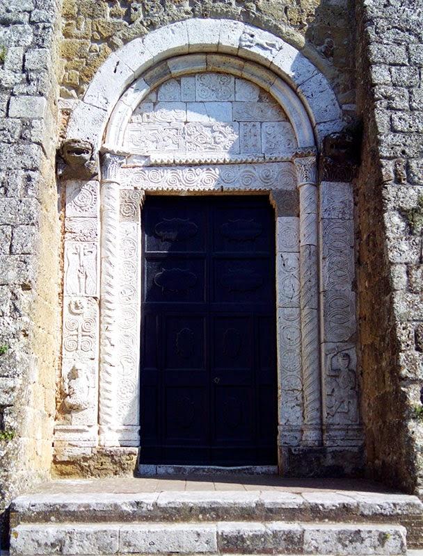 Maravilhoso portão lateral com decoração românica