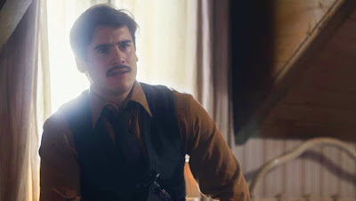Alfredo (Nicolas Prattes) não supera a dor pela morte de Júlio (Antonio Calloni) — Foto: Globo