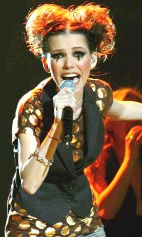 Foto de Kika Edgar cantando en concierto