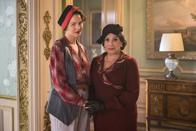 Adelaide (Joana de Verona) e Emília (Susana Vieira) em 'Éramos Seis' — Foto: Victor Pollak/Globo