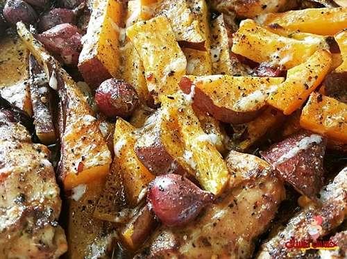 أسياخ الدجاج بالكاري مع أصابع البطاطا الحلوة المشوية بالفرن