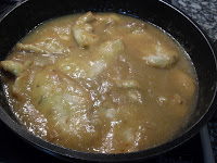 Cocinando el pollo con salsa de champiñones y cebolla