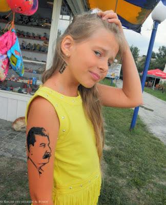 Kind mit hässlichem Stalin Tattoo lustig