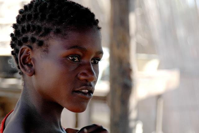 hermosa mujer africana de piel negra