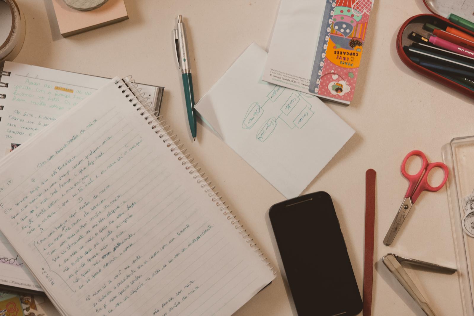 escrivaninha bagunçada