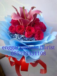 rangkaian karangan bunga tangan hortensia dan tiger lily