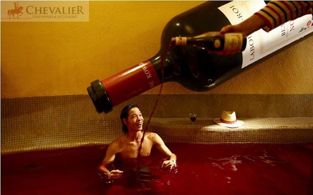 Ấn tượng qua ảnh: Độc đáo tiệc tắm rượu vang