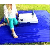 Une petite table pliante avec couverture.