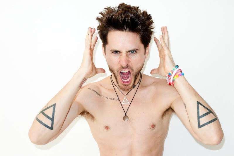 Ator e cantor Jared Leto exibindo suas tatuagens glifo