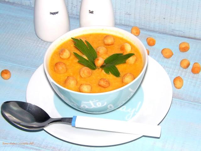 Zupa krem z marchewki z parmezanem i groszkiem ptysiowym.