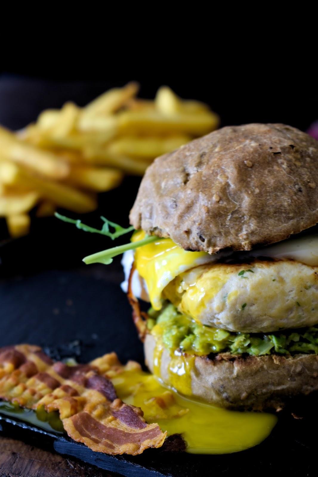 Burger di pollo con uovo fritto, pesto di asparagi, bacon, rucola e maionese al balsamico