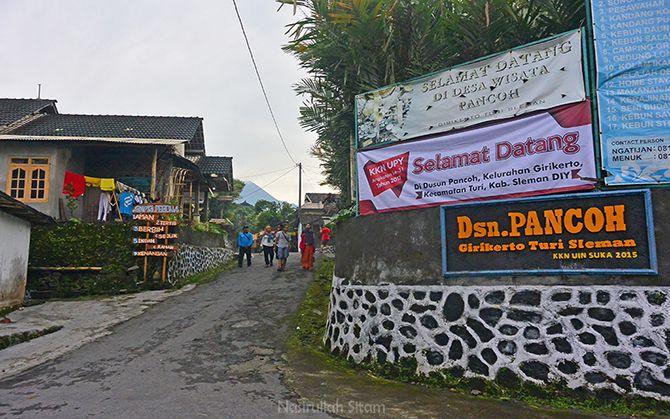 Teman-teman berjalan menuju Kebun Salah di Desa Wisata Pancoh