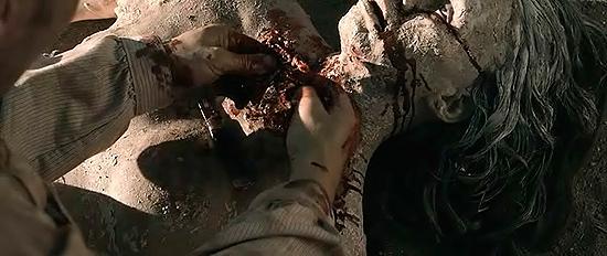 Fotograma de Bone Tomahawk troglodita muerto