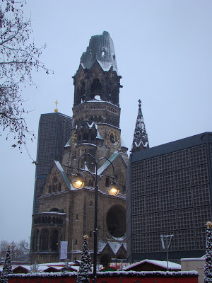 Igreja Kaiser-Wilhelm-Gedächtniskirche. Essa igreja foi bombardeada durante a segunda guerra mundial e preservada com o telhado destruído.