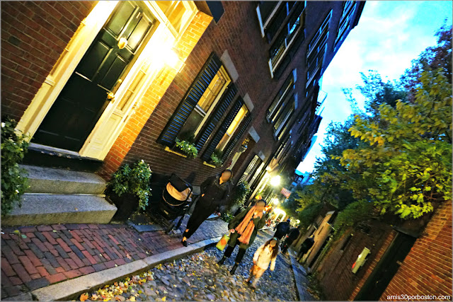 Acorn Street durante Halloween en Beacon Hill, Boston
