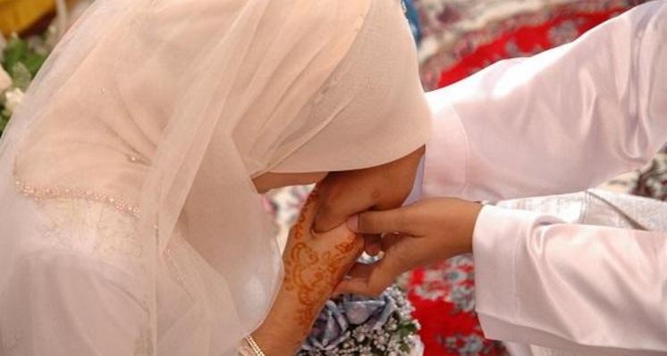 keharusan seorang perempuan atau istri taat kepada suami para istri