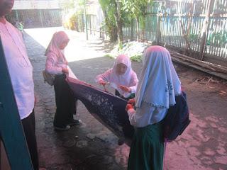 Gotong Royong Persiapan Pengukuhan dan Perpisahan Kelas 6 MI Al Raudlah