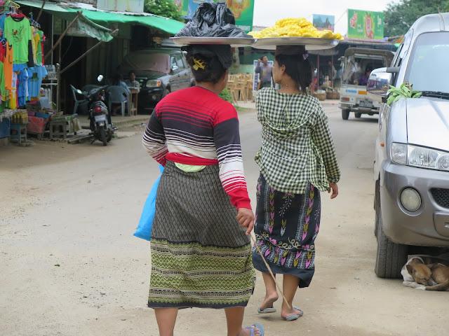 Mujeres bamares con el htamain sobre sus cabezas