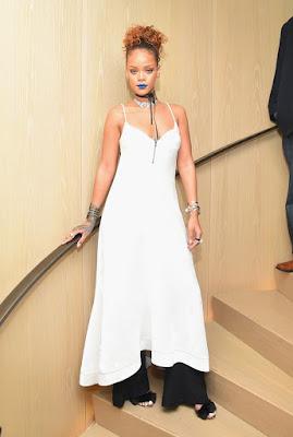 De batom azul Rihanna recebe amigos