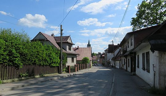 Zwarta zabudowa w centrum starej Mszany Dolnej.