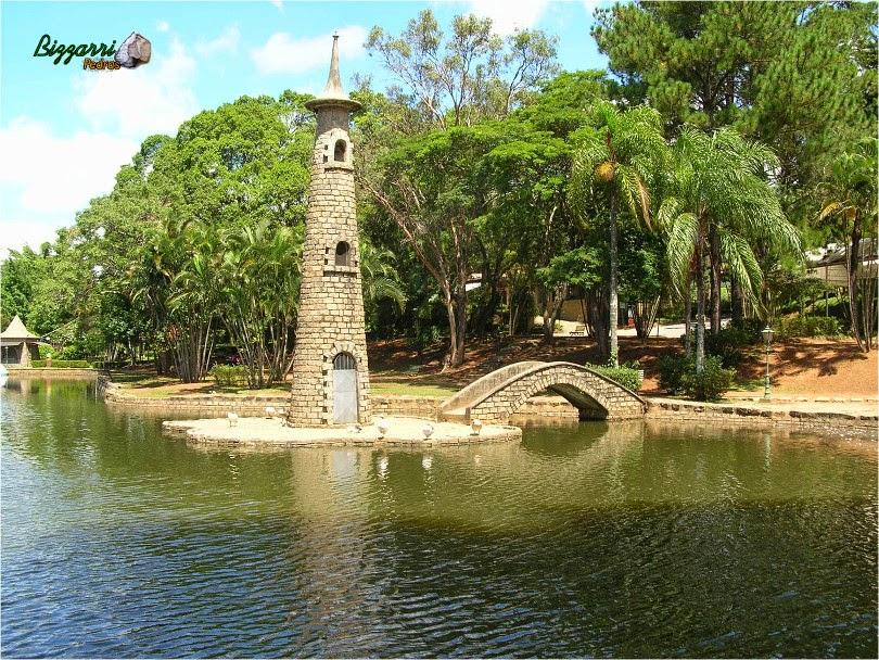 Parede de pedra com pedras paralelepípedo executado na construção da torre de pedra com os muros de pedra e a ponte de pedra com pedra paralelepípedo, isso ha quase 50 anos.