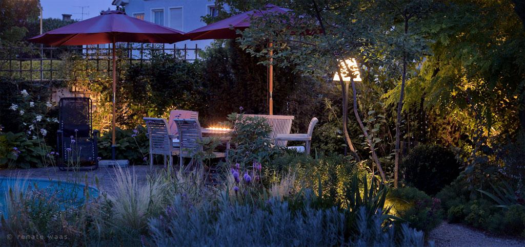 Licht im Garten, Gartenbeleuchtung, schöner Garten, Garten beleuchtet, Pflanzen indirekt beleuchten, Lichtplanung Garten, Gartenbeleuchtung planen