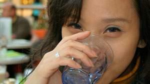 Minum segelas air putih sebelum tidur dapat mengatasi kebiasaan ngiler