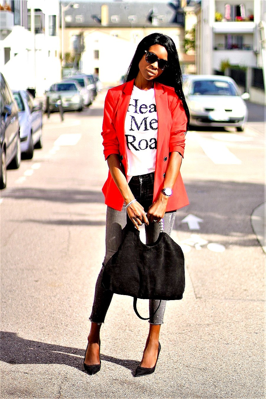 sac-cabas-daim-escarpins-pointus-blazer-rouge-t-shirt-imprime