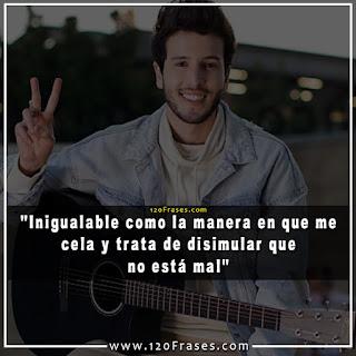 Sebastian Yatra con guitarra saludando