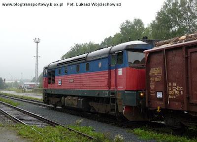Lokomotywa 751.119-9 przejeżdża przez stację Jesenik