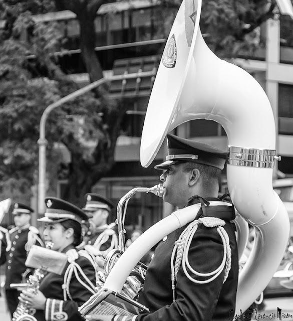 Músico Banda con una gigante tuba en desfile militar.