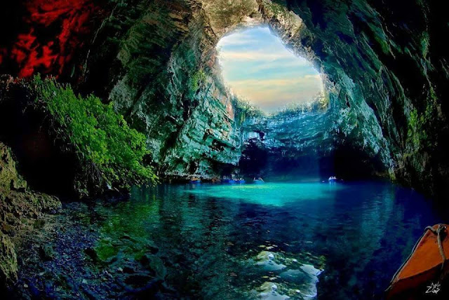 Pemandangan Indah Gua Melissani Yunani