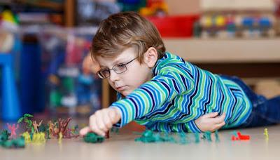 Berniukas žaidžia