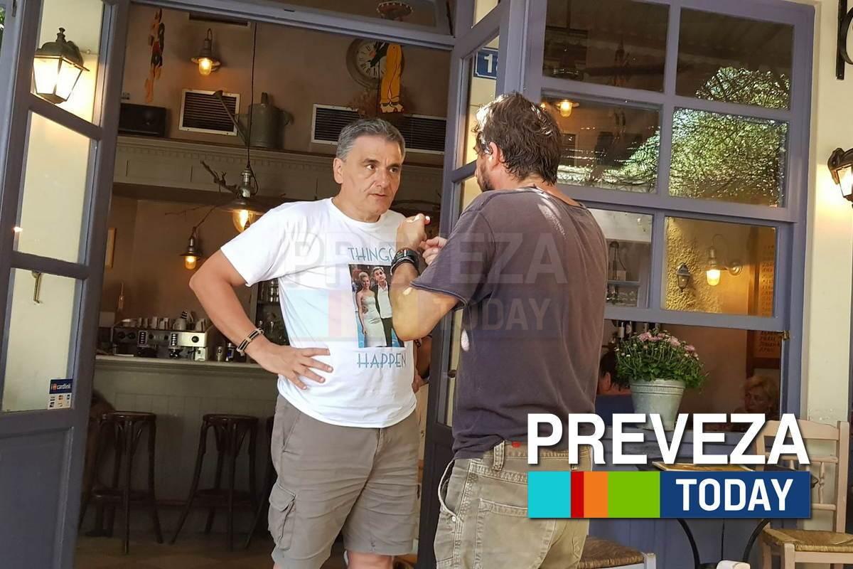 Πρέβεζα:Το t -shirt του Τσακαλώτου που τράβηξε τα βλέμματα στο «Σαϊτάν Παζάρ»