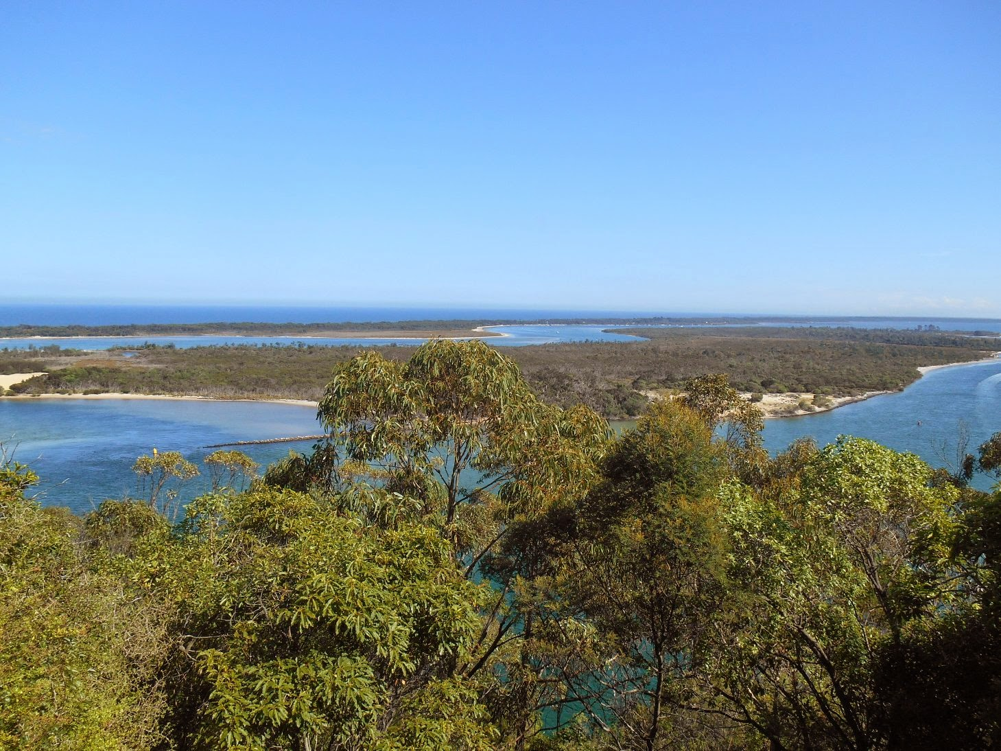How far is lakes entrance from melbourne