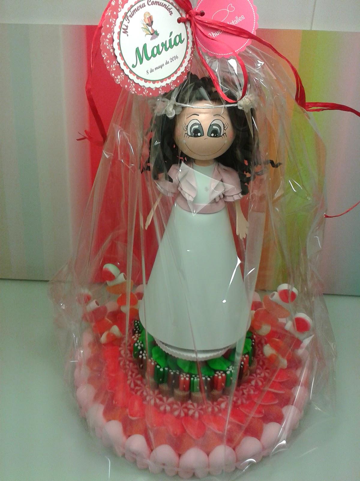 6ba1ba4da0d Nos encargaron una tarta especial para la Primera Comunión de María.  Querían una tarta de chuches con una muñeca fofucha personalizada para se  lo más ...