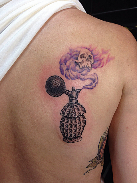 Tatuaje de una botella de perfume antiguo