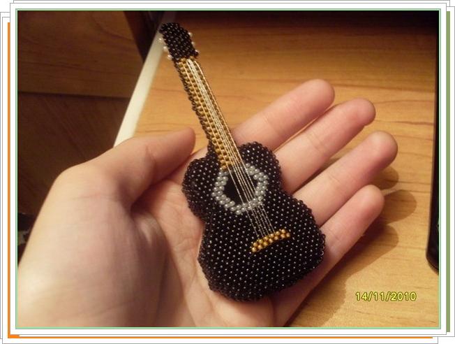 Como hacer un Broche-Guitarra de Mostacillas