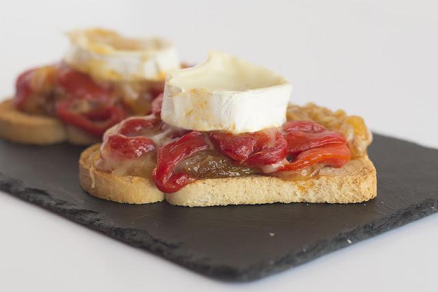 Tapa de queso de cabra, pimiento rojo y cebolla caramelizada - Mas que pasta