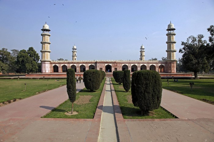 Top 10 Famous Tombs in The World The mausoleum of Jahangir - Pakistan