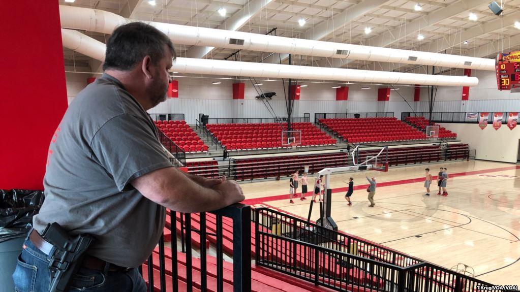 Entrenador Dale Cresswell, uno de los pocos profesores en el estado de Arkansas que ha comenzado a armarse / VOA