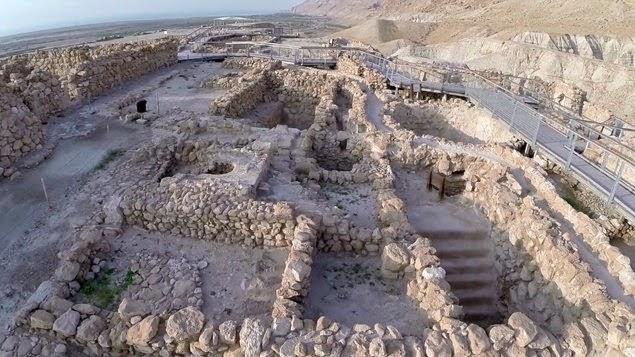 En este vídeo impresionante, el cineasta Amir Aloni nos lleva en un viaje a las famosas cuevas de Qumrán, donde se encontraron los Rollos del Mar Muerto.