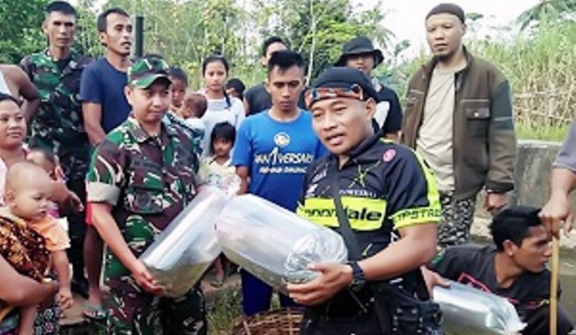 Karya bakti membersihkan sungai di Desa Kalidilem