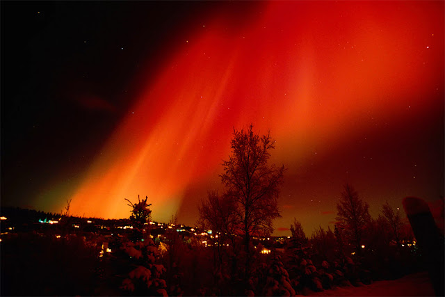 Auroras vermelhas registradas em Hillside Residence Anchorage, no Alasca,em fevereiro de 2002