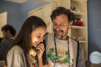 Durval (Enrique Diaz) aparece de surpresa e é recebido pela filha — Foto: Globo/Estevam Avellar