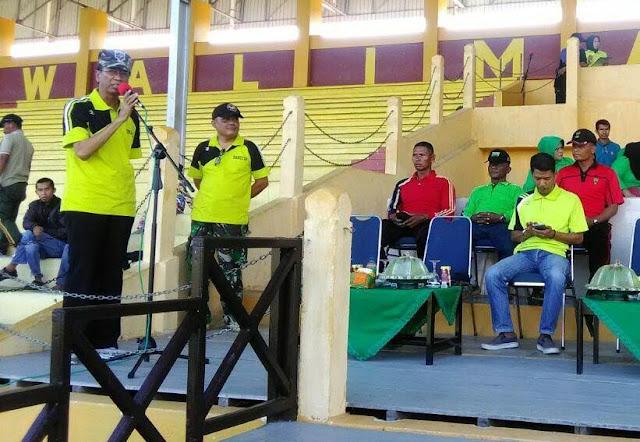 Dandim 1402/Polmas bersama Wakil Bupati Polman, Sekretaris Koni Kab Polman serta tamu undangan menyaksikan pertandingan Sepak Bola Dandim Cup 2016 di Stadion HS Mengga, Kamis (08/089/2016)