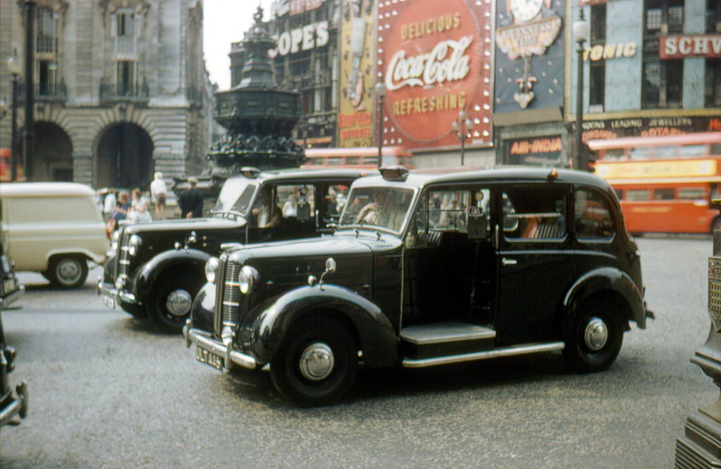 47 Color Photos Show Classic Cars on London Streets during the 1950s ...