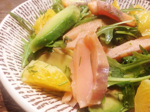 Пикантна салата с пушена сьомга, портокал и авокадо