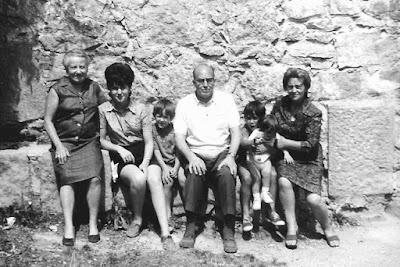 Júlia Maldonado con la familia Ribera en Berga en 1971